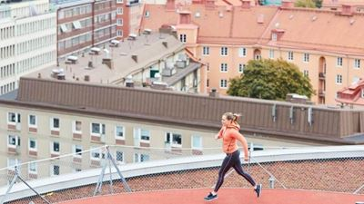 A woman runs at a rooftop running track. Foto/illustration: Joakim Kröger